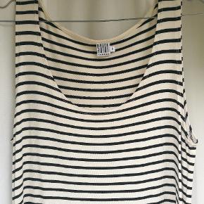 Helt ny kjole fra Saint Tropez.  Aldrig brugt. Størrelsen er S men er meget stor i størrelsen og passer en størrelse M/L.
