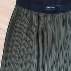 Fin nederdel i rigtig god stand, som jeg købte via TS, men som desværre er lidt for stor til mig. Farven er armygrøn/oliven alt efter lyset.