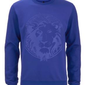Varetype: Bluse Farve: Blå Oprindelig købspris: 1700 kr.  Versace Versus sweatshirt sælges, da den desværre ikke bliver brugt. Fejler absolut intet.  Nypris: 1700,- Mp: 1400,- eller kom med et bud!