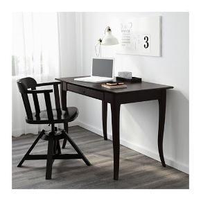 Brugt skrivebord sælges billigt da jeg skal have noget større. God stand med diverse brugsmærker. Spørg for billeder.  Nypris: 900kr  Måler l: 120 d: 60 h: 74