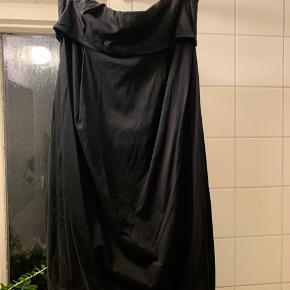 COS tube kjole.  Brugt få gange. Men haft den i et stykke tid.