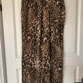 Fine Leo - printede vidde bukser med sort pipe ned langs siderne.....  100% polyester Længde: 91 cm  Bytter ikke, mindstepris 100 kr