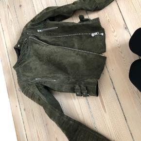 Kun brugt 3 gange - smuk grøn meotine jakke. Fejler intet og er i meget god stand.   Byd endelig.