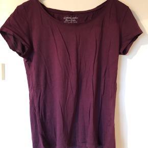 Længere t-shirt i blød kvalitet.   Se også mine andre +100 annoncer! Dixie, Selected femme, Modstrøm, Neo noir, Second female, Ecco, Vagabond, Eastpak