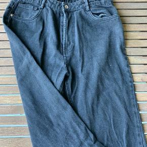 Bukserne er købt i genbrug, hvilket man godt kan se på sliden af farven.  - Bukserne er str. 42, men svarer mere til en str. 40