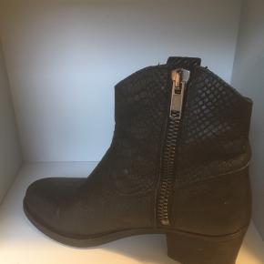 Mærke: Pavement Størrelse: 38 Farve: sort Materiale: Læder Støvlen: kraftig læder med lynlås i siden. Hælen måler 6 cm Stand: støvlen er brugt få gange og skind og sål er som nyt. Dog er sålen på hælen slidt lidt  Nypris 1200  Sælges kr 325