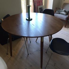 Smukt bord fra ellos - bemærk detaljen på bordets ben i guld Få skjolder - fejler intet.  Kan afhentes på Husumgade, Nørrebro