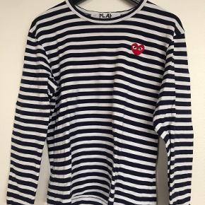 Sælger min fine Comme Des Garcons PLAY bluse i str. M, fordi jeg ikke længere kan passe den. Passer en str. S/M fint. Nypris: 1000kr. Sælges for 400kr.
