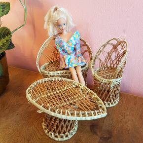 Barbie møbler, sofa, stol og bord  Mærke: ukendt  Stand: brugte men kan stadig bruges  Materiale: pil eller bambus Vægt: 200 g.  OBS!  Betaling: MobilePay, kontanter eller bankoverførsel. Fragt: PostNord, DAO, GLS eller Send&Hent (køber betaler fragten).  Møbler skal hentes (indre Nørrebro).
