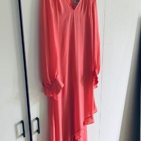 Smuk kjole i en varm pink farve med flæser. Mange fine detaljer. Brugt 2 gange. Fejler intet.  Der med følger underkjole.  Jeg er åben for bud.