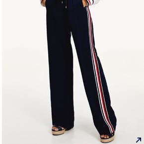 TOMMY HILFIGER ICON PANTS ✨ Kun brugt et par gange og fremstår derfor som nye ✨ Bukser med Tommy Hilfigers global-stripe langs siden af buksebenet.