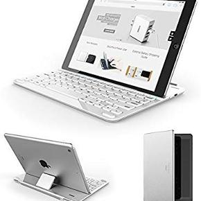 Anker ultra tyndt Bluetooth tastatur/keyboard til Apple. Passer til Ipad Air 2 og Ipad Air og muligvis nyere.  Åbning af dækslet tænder for både din iPad og tastaturet (lukning af begge slukker).  For at begynde at skrive, skal du blot placere iPad i holderen.   Det er som nyt.