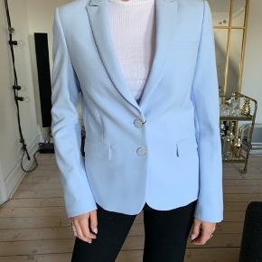 Smukkeste lyse blå blazer fra Sand Copenhagen. Aldrig brugt og stadig med prismærke. Nypris: 3195,-