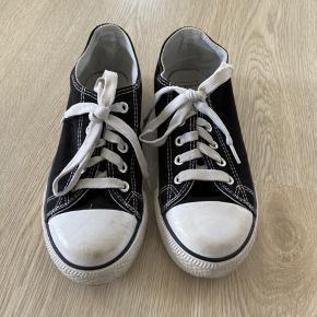 Sorte sko, str. 35, Firefly, brugt men meget pæne. 10% af prisen går til Kræftens Bekæmpelse (Team Vejdik, Stafet For Livet) Se mere på mostermette.dk (IG1088)