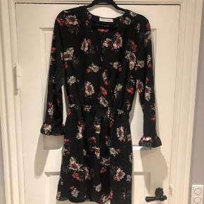 Fin blomstrede kjole fra SS brugt en gang til sommerfest. Som ny.