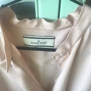 "Meget flot og anvendelig skjorte , str 42 ( jeg er str 44/46 ) og passer den fint, så den kan "" rumme"" flere str😊"
