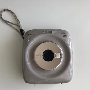 Lækkert Fijifilm instax square sq20 kamera. Brugt/prøvet en enkelt gang.  Vedlagt en ny pakke instax square film indeholdende 10stk + 8 stk i selve kameraet. Ingen form for ridser, slid eller lign. Står som sprit nyt med æske.