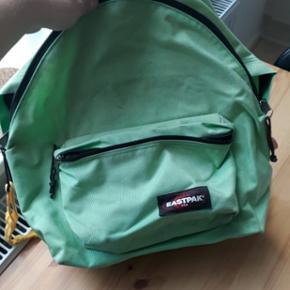 🎅Gør et godt juleindkøb og få tasken til 75-'. Gælder hele december🤶🎄 Eastpak rygsæk sælges.  Farven er limegrøn og den er stadig funktionsdygtig.   Sælges billigt pågrund af hanken og fordi den mangler en lille vask 😊🚿  Kan afhentes i Århus C