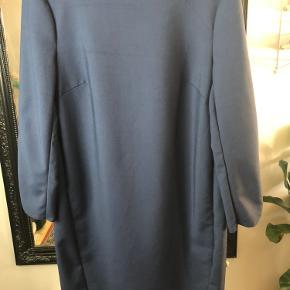 Klassisk kjole med flotte snit. Str. 36.