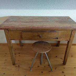 Virkelig smukt og unikt bord. Bordet er fra 1800 tallet. Bundpladen i skuffen er skiftet, ellers fremstår bordet originalt.