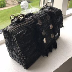 Sælger denne smukke taske, da jeg kun har fået brugt den få gange. Fremstår som ny. Nypris var 2.700, men kom endelig med bud💖