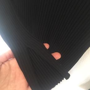 Købt brugt, næsten som ny, ingen slid tegn. Sælger denne smukke kjole, da jeg ikke for den brugt. Den er i en str. S, men har Stretch i sig så kan sagtens passe en str. M.  Købte pris: 113 plus fragt MP: 100 kr plus fragt, da den aldrig er blevet brugt siden modtaget.