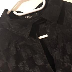 Super flot skjorte, brugt 1 gang  Pris 375