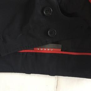 Flotte sorte Prada bukser (lavtaljet). I tyk nylon stof, krøller ikke. Str 38-42 vil jeg sige. Længde passer til 175cm