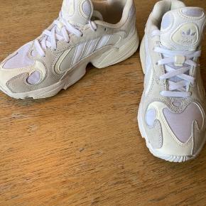 Adidas Yung 1 sneakers i hvid, str 38. Kun brugt få gange og fremstår som nye Sælges da de er for små.