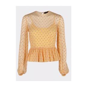Så fin bluse fra Stine Goya. Undertrøjen følger med.