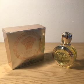 Versace - Eros pour femme, 50ml  Sælger denne parfume for min kæreste.  Købt i London i december for 800 kroner.  Kan afhentes i Kbh N eller sendes på købers regning 📦