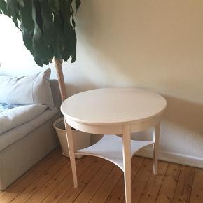 Rundt hvidmalet spisebord / tegnebord i træ med hylde  H: 72 D: 80 Afhentes 2450 Kbh Sv.