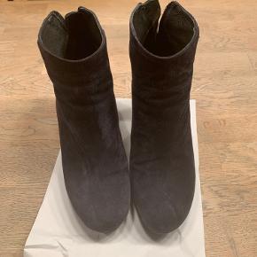 De flotteste mørkeblå korte støvler fra Billi bi. Brugt få gange.