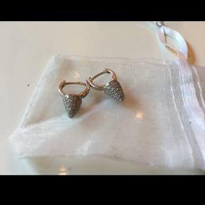 #30dayssellout Super fine øreringe aldrig gået med fra SpiaSpia til salg. Ægte Sølv med små fine sten. Længden ca. 1,8 cm.   Nypris 1000,-