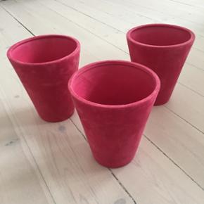 3 stk Pink velour urtepotter.   Mål: H 18cm + dia foroven 15cm  Husker ikke hvor jeg har købt dem. Ønsker ikke at bytte. Kan afhentes i Valby.