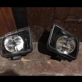 Jeg sælger disse 2 forlygter til Ford Mustang, modeller 2005 - 2009. De er nye og aldrig brugt.