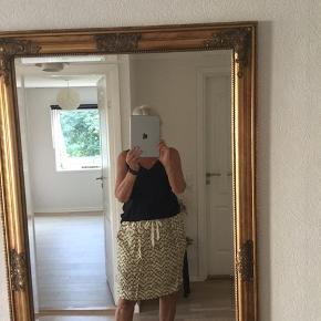 Den smukkeste nederdel , falder tungt og flot. Lavet i cupro og viscose, som giver et meget glat og blankt udtryk. Sidelommer , bred elastik og til at binde i livet.