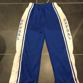Super fede hiphop/00'er bukser i god kvalitet. Kan hentes i Odense og ellers betaler køber fragt