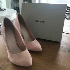 Super søde stiletter! Rigtig elegante i sin lyserøde/Rosa farve. De er aldrig brugt og stadig med prismærke. Den ene stilet er lidt mørk under sålen, men dette er kun fra at have prøvet den.  Æske medfølger.   Kan blive dine for 90kr!!