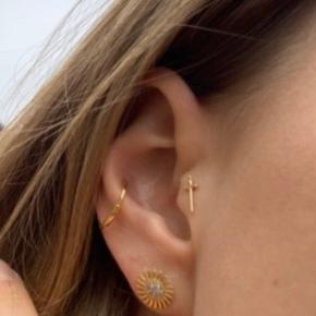 Flot dagger 14 karat guld piercing, kun været brugt kortvarigt som tragus piercing 🗡   Kvalitets guld ørering / piercing fra mærket Bodygems. Jeg har stadig kvitteringen, den er købt i Helsinki.    Virkelig flot sammen med Maria Black piercinger