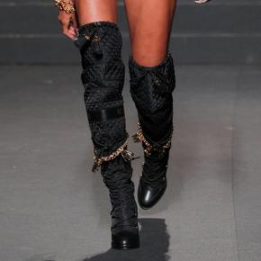 Moschino x H&M limited edition udsolgte støvler str. 38. Udsolgt alle steder.  Overleveres ved køb.  Nypris: 4250kr
