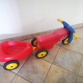 Scooter med trailer, kun brugt indendørs, scooteren er falmet i den røde farve. Det er traileren ikke da den er nyere.