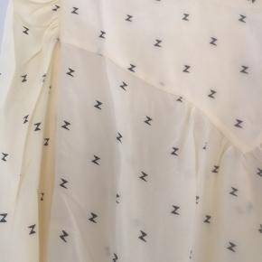 Helt skjortebluse i sart gul med bindebånd i nakken og på ærmeflipperne. 100 % Silke. Nypris er 1299,- Køber betaler Porto Se venligst mine andre annoncer😀