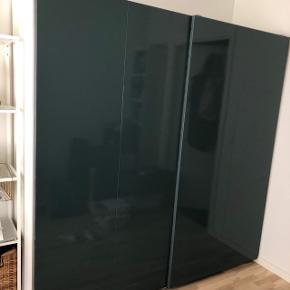 BYD GERNE - SKAL HENTES SENEST 29/5. Jeg sælger mit kun et år gamle dejlige og rummelige garderobeskab pga flytning.  Skabet er et selvdesignet IKEA PAX - hylder kan flyttes rundt som man ønsker   H 201 cm B 200 cm D 63 cm