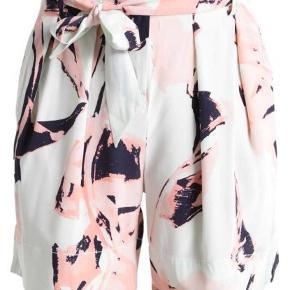 #30dayssellout SILKESHORTS FRA MALENE BIRGER har været på en enkelt gang - passer fint til den rosa bluse jeg også har til salg - sælges for 500 kr