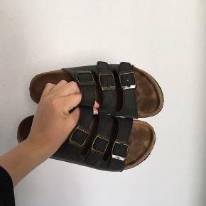 Lækre sandaler med kork bund og læder remme i sort. Minder om birkenstock. De er brugt under 10 gange. Np: 400kr
