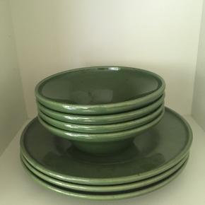 Tre grønne  tallerkener og fire skåle fra Ikea i perfekt stand sælges samlet til 100 kr. 🌿se også mine andre spændende annoncer☀️ Skål diameter 16 cm. Tallerken diameter 23 cm.
