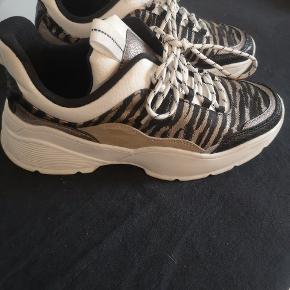 Fede Sneakers fra H & m. Brugt nogle gange, mærker hist og pist som ses på billederne. En lille rengøring vil gøre dem som ny, så et rigtig røverkøb :) 🌺🌺Se mine andre annoncer🌺🌺
