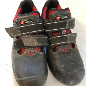 Sikkerheds sko str 43 sælges kun brugt en lille uge. Afhentes 6752 Glejbjerg  Sælges for 300kr