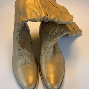 Seje guld cowboystøvler.